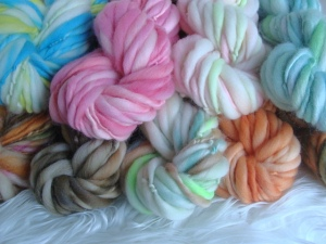 handspun thick and thin yarn, handspun art yarn, handspun wool, slub yarn